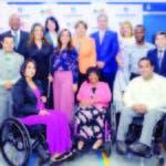 Ejecutivos de ambas entidades y personas con discapacidad, luego de la firma del acuerdo