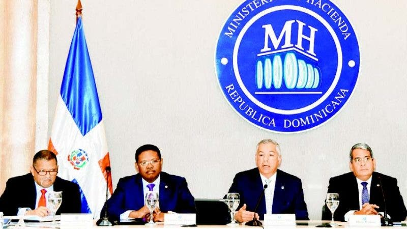 El Ministro de Hacienda, Donald Guerrero Ortiz junto a otros funcionarios de la entidad