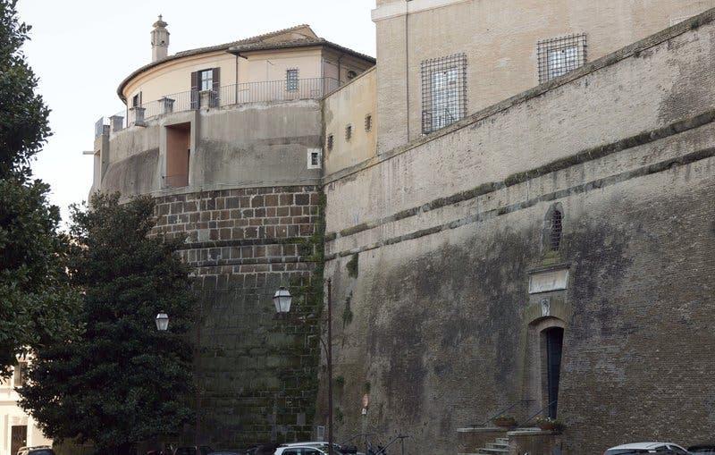 El Vaticano acusa al exdirector de su banco, Angelo Caloia, de malversación y pérdidas de más de 50 millones de euros
