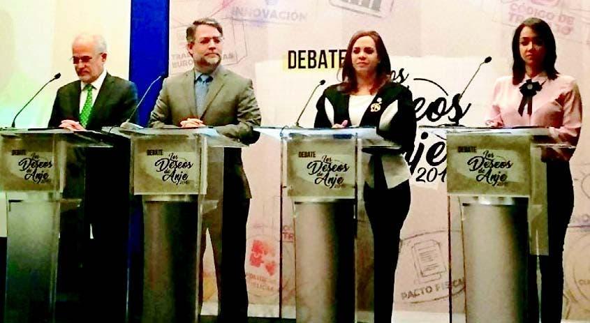 El abogado Francisco Álvarez, el economista Ernesto Selman y las diputadas Karen Ricardo, del Partido de la Liberación Dominicana (PLD), y Faride Raful, del Partido Revolucionario Moderno (PRM), en el debate.