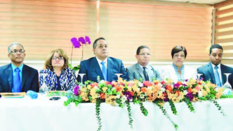El director del Instituto Agrario Dominicano, Emilio Toribio Olivo, en rueda de prensa junto a otros