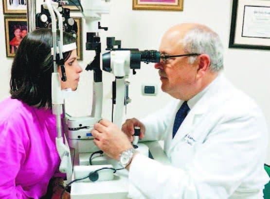 El doctor Juan F. Batlle chequea a una de sus pacientes