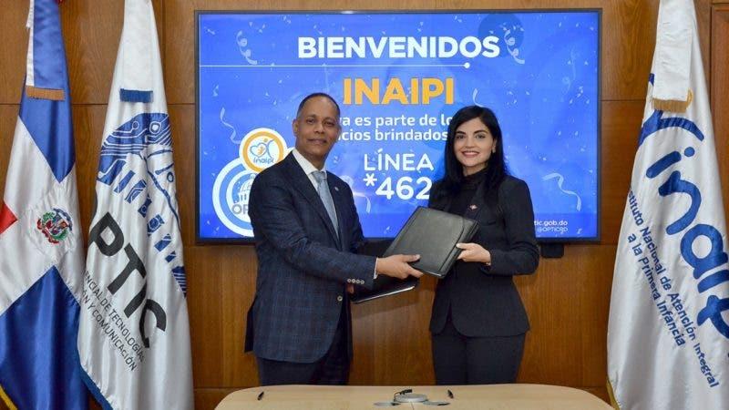 El ingeniero Armando García y la licenciada Berlinesa Franco durante la firma del convenio.