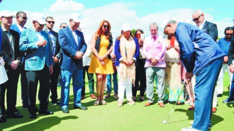 El inmortal Juan Marichal, realiza el saque, al frente el doctor Leonel Fernández y los participantes
