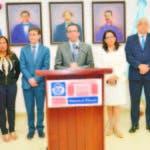 El ministro Andrés navarro junto a funcionarios y representantes de la comunidad educativa nacional