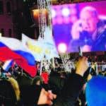 El presidente de Rusia, Vladimir Putin, utilizó una gran pantalla para dirigirse a sus seguidores.