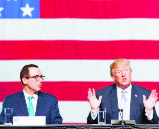 El secretario del Tesoro, Steve Mnuchin, junto a Donald Trump.