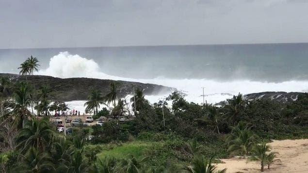 Enormes olas azotan Puerto Rico; el mar inunda calles