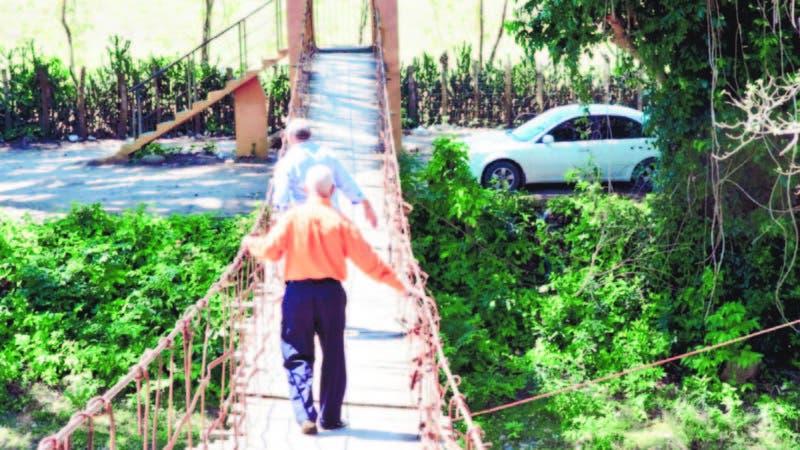 Esta es el improvisado puente que hay en Bajabonico Arriba, que empalma con la comunidad Bellaco, en Altamira, Puerto Plata