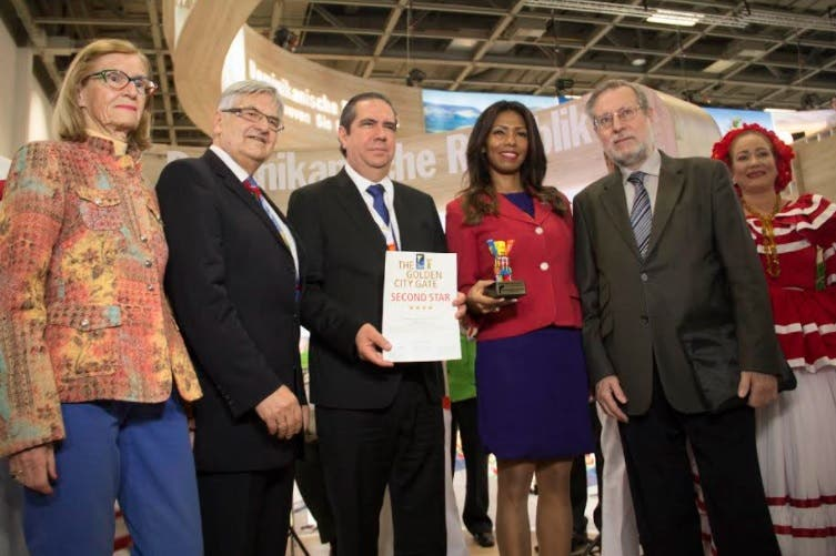 Francisco Javier recibe premio