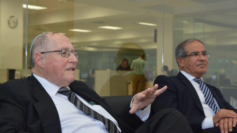 Entrevista Daniel Saban, embajador de Israel y el Dr. Elyakim Rubinstein, en la oficina del sub-Director del periódico Hoy  Nelson Marrero.  05-03-18 Foto: José Adames Arias.