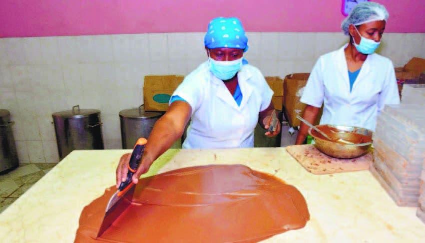 Integrantes de la microempresa mientras trabajan con el chocolate.