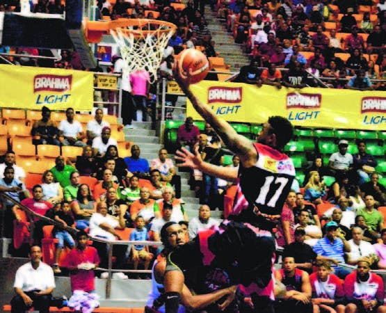 Jamaal Samuels en gestión ofensiva durante juego en basket Santiago