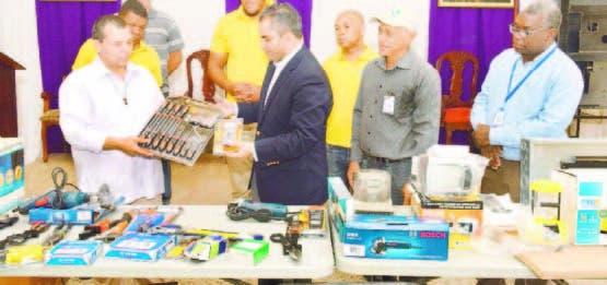 Julio Pimentel entrega los equipos al reformatorio de San Cristóbal