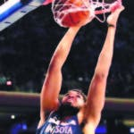 Karl Anthony Towns, de los Timberwolves, realiza un donqueo.