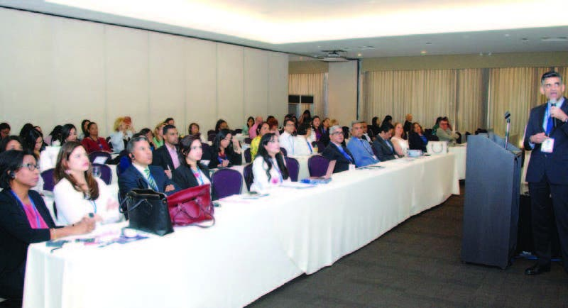 Médicos que participan en el congreso en que se analizan las enfermedades de hígado en los niños