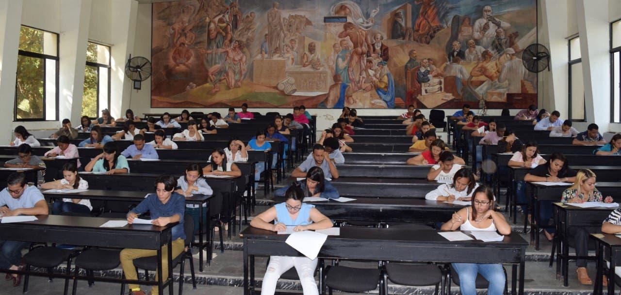 UASD imparte Examen Nacional Único a más de 4 mil médicos que aspiran cursar una especialidad