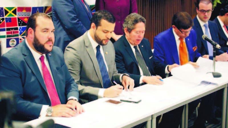 Momentos en que las autoridades privadas y públicas firman el acuerdo para aumentar el comercio