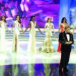 Osmel Sousa junto a las diez semifinalistas durante el Miss Venezuela 2014, en Caracas