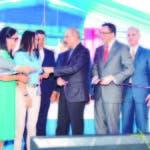 Presidente Danilo Medina entrega cinta a Ramona Batista y Génesis