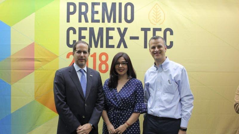 Principal Alejandro Ramírez Cantú%2c Ana María Martínez y Homero González  2