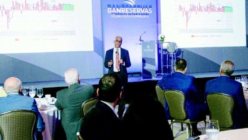 Raúl Féliz mientras ofrecía su conferencia sobre la economía dominicana en tiempos de Donald Trump