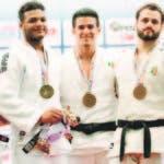 Robert Florentino, Víctor Ochoa y Tiago Rodrigues con sus medallas