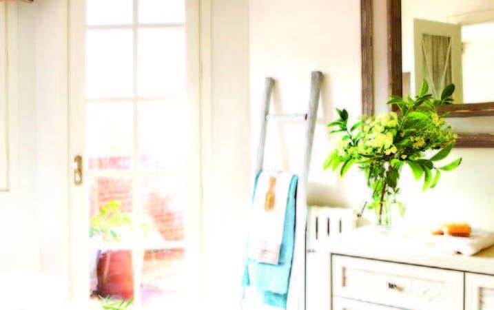 Simple, pero muy funcional y elegante, luce esta opción de toallero-escalera .