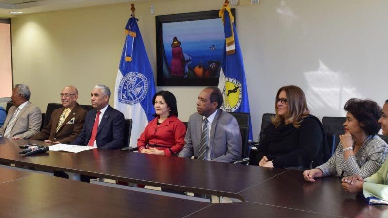 l doctor Wilson Mejía, decano de FCS, acompañado de los miembros del Consejo Directivo de esta Facultad, mientras ofrece las declaraciones sobre el examen único para residentes médicos.