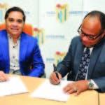 Valentín Báez y Danny Ramírez firman el contrato para la transmisión