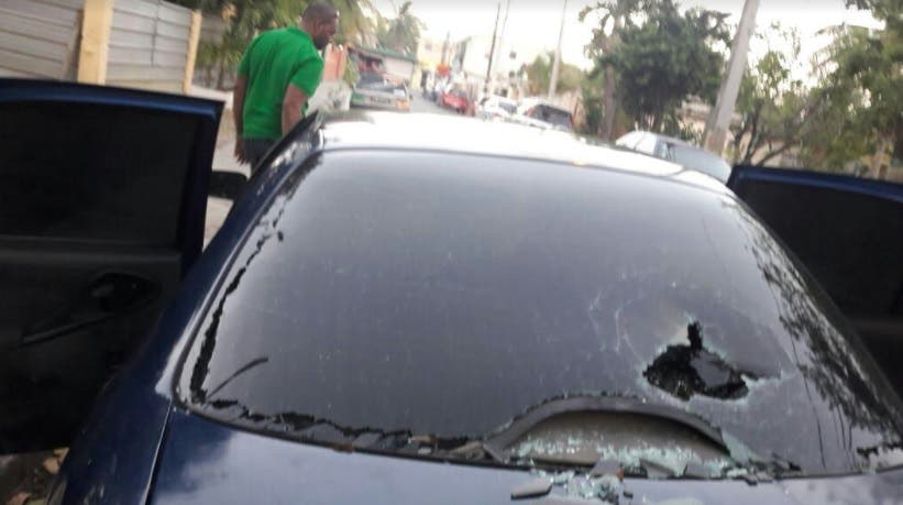 Agreden a pedradas vehículo de periodista que iba con sus tres hijas