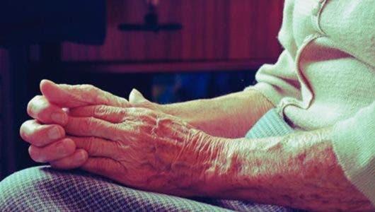 Emiten orden de arresto contra la joven de 19 años que golpeó a su abuela de 78 en Barahona