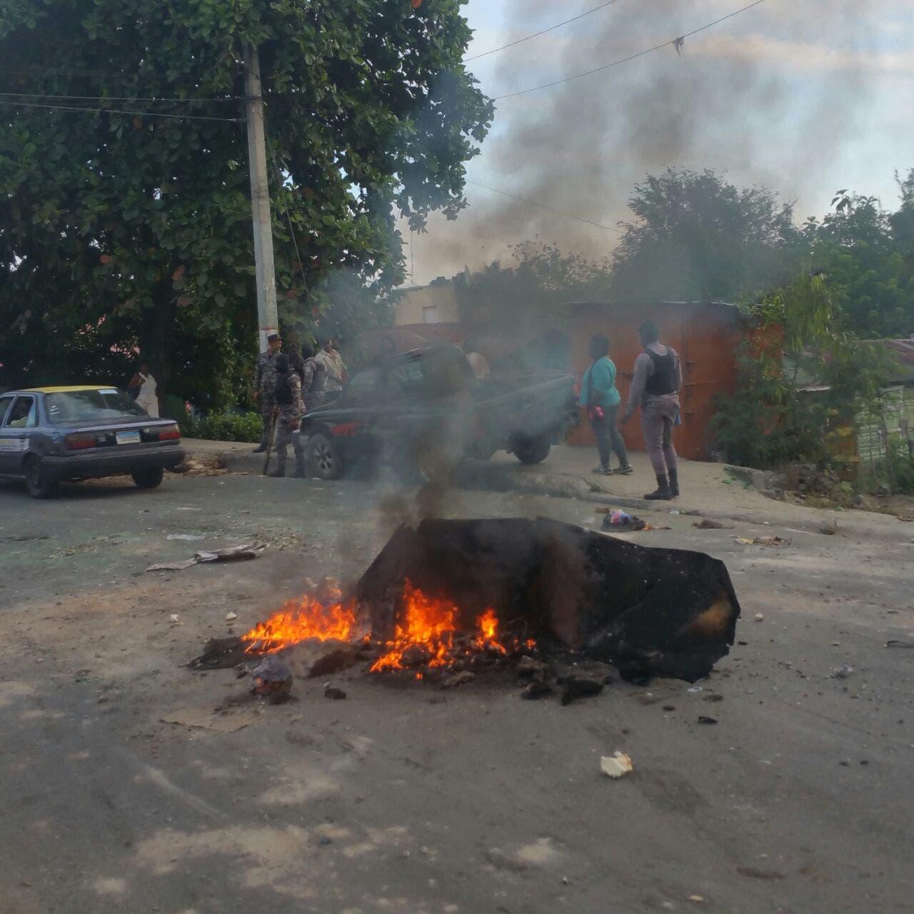Comunitarios en Villa Mella bloquean carretera que comunica San Felipe y Punta