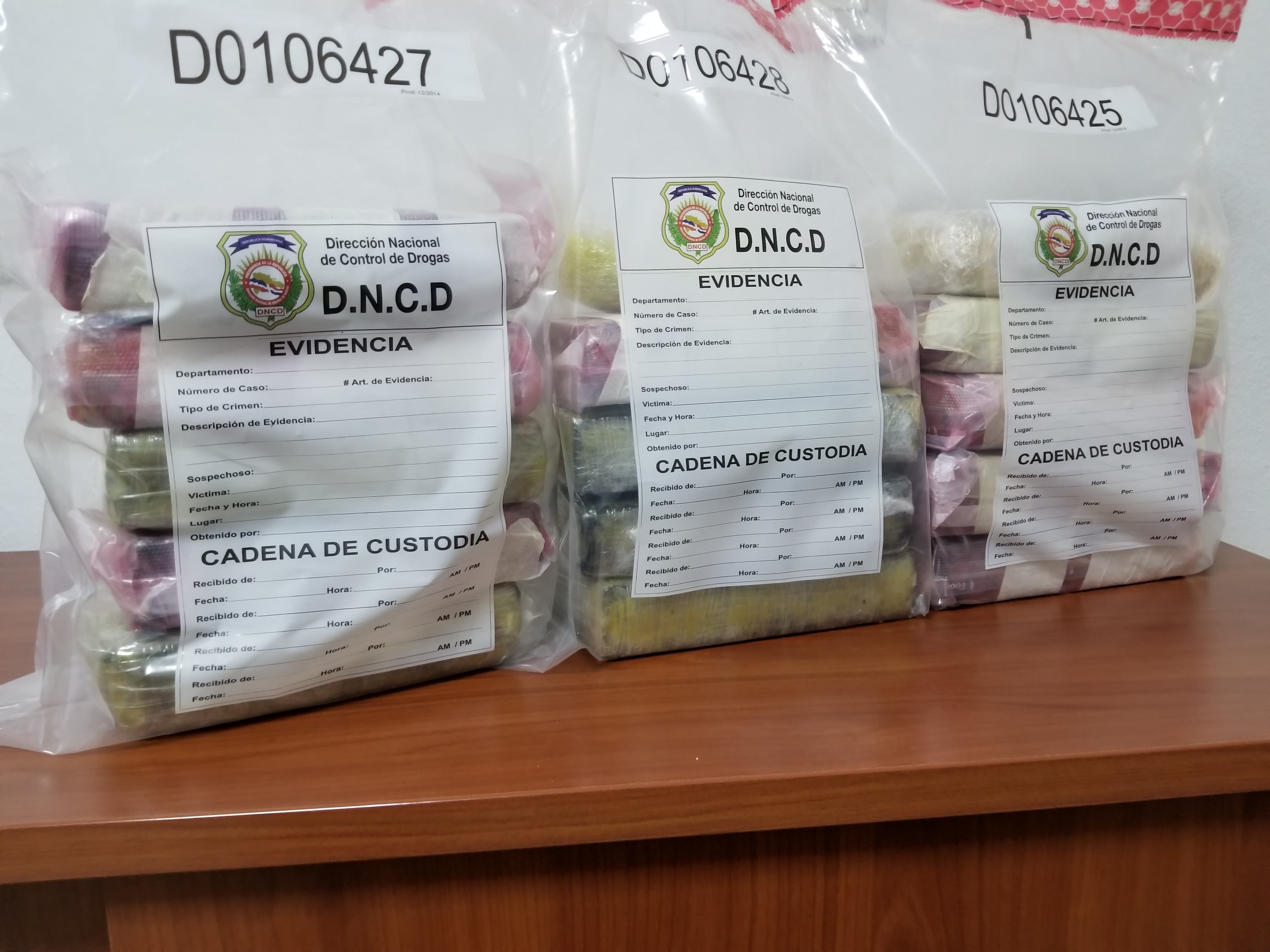 DNCD ocupa 9 paquetes de cocaína y apresa a 3 personas en Alma Rosa