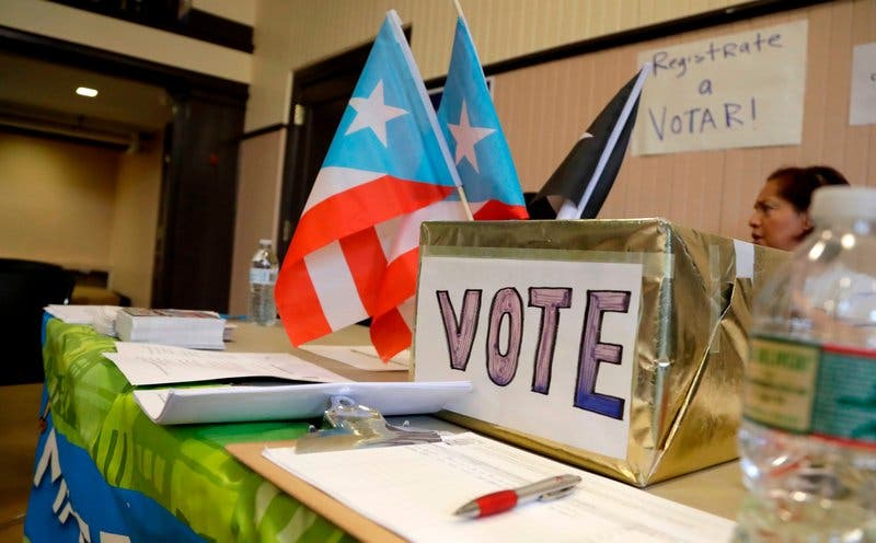 Puertorriqueños desplazados por huracán María son cortejados por activistas y políticos para votar en EEUU