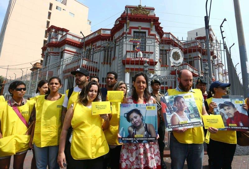 Protestan por medicinas frente a embajada Venezuela en Lima