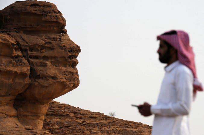 1. Hombre saudita visitando el sitio arqueológico de Khuraiba cerca de la ciudad de al-Ula, al noroeste de Arabia Saudita.