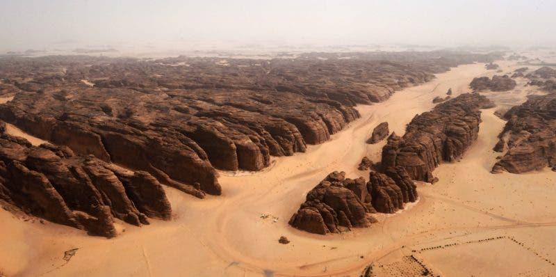 2. Vista aérea de montañas de piedra arenisca color de rosa talladas en el desierto de al-Ula en el noroeste de Arabia Saudita. Al-Ula, un área rica en vestigios arqueológicos, es vista como una joya en la corona de las futuras atracciones de Arabia Saudita