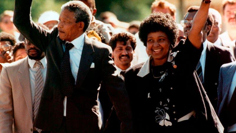 Foto de archivo tomada el 11 de febrero de 1990 de Nelson Mandela con su entonces esposa Winnie, luego de que Nelson Mandela fue dejado en libertad, en Ciudad del Cabo, Sudáfrica. (AP Photo)