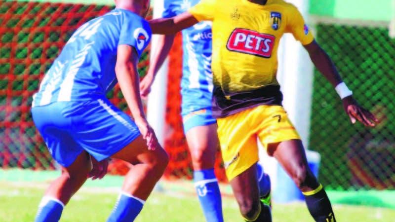 Acción correspondiente al partido de ayer entre el Atlántico FC y el Moca FC en Puerto Plata