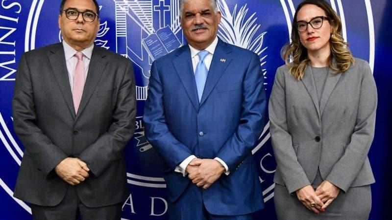 Canciller Miguel Vargas junto al embajador de Colombia, José Antonio Segebre y María Fernández del Ministerio de Economía, Planificación y Desarrollo
