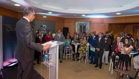 El administrador general de Banreservas, Simón Lizardo Mézquita, durante la presentación del libro Compadre Mon, en la sede principal de la entidad financiera.