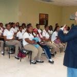 El doctor Lizardi de la Cruz conversando con los estudiantes sobre la importancia de respetar las leyes de tránsito.