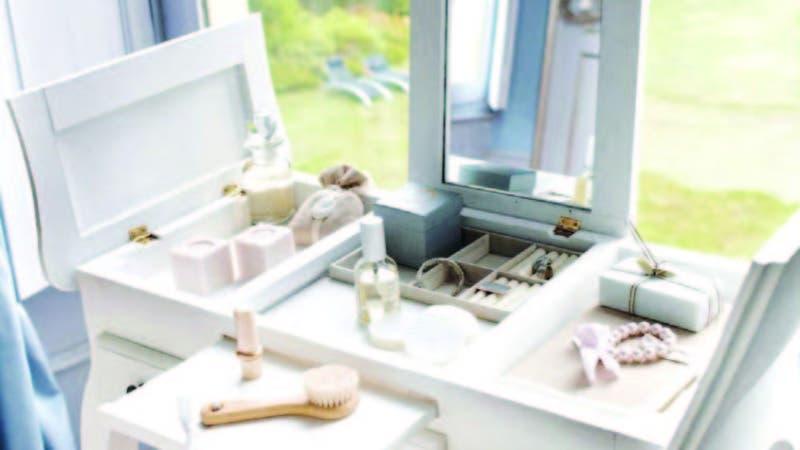 El tocador es un mueble que permite tener los elementos de maquillaje y peinado en un solo lugar