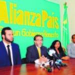 Guillermo Moreno junto a los abogados que llevan el caso