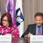 Janet Camilo y Gustavo Ariza firman el documento.
