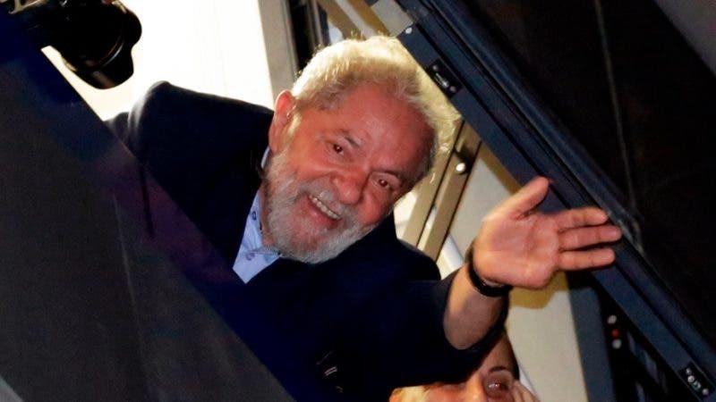 Lula saluda a los simpatizantes frente a la sede del sindicato de trabajadores/AP