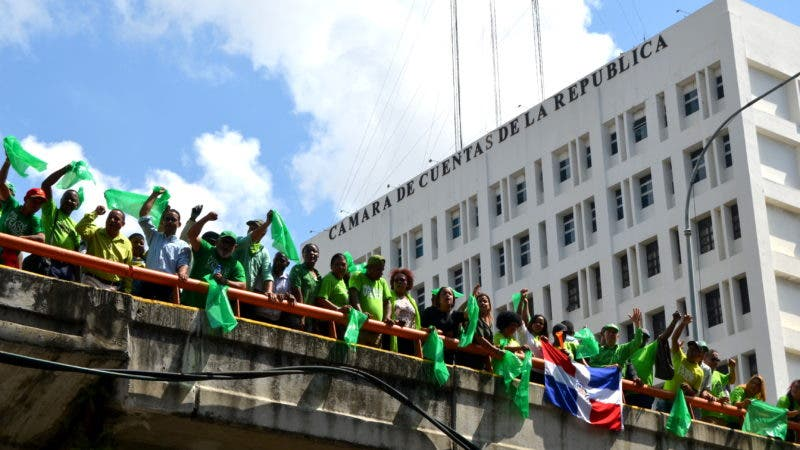 La Marcha Verde colocó sobre el edificio de la Cámara de Cuentas una #DeclaraciónVerde de ilegitimidad