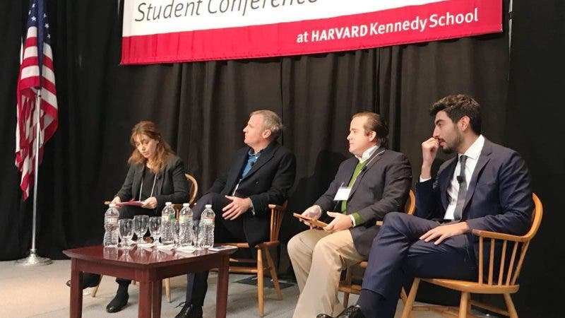 Paliza habla a estudiantes de Harvard.