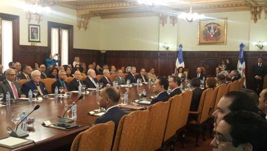Danilo Medina encabeza reunión con ministros, directores generales y superintendentes
